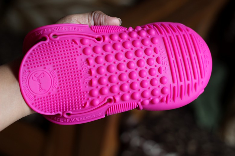 Sigma Spa Express Brush Cleaning Glove Review Photos Price (5)