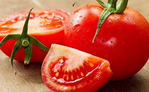 Remove Sun Tan Naturally With These 6 Homemade Face Packs using tomato